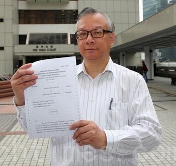 Представитель организаторов концертов Shen Yun в Гонконге Цзянь Хунчжан держит постановление суда, который удовлетворил их требования. Фото: The Epoch Times