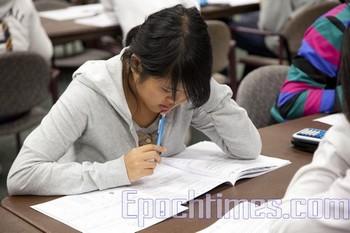 Многие китайские студенты не выдерживают давления от учёбы. Фото: Epoch Times