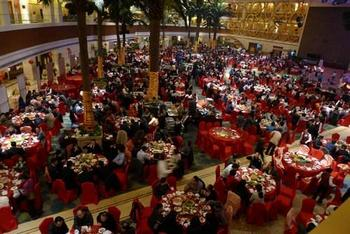 Заместитель начальника полицейского участка аэропорта города Шеньчжень, Лю Шенчан, сыграл своей дочери свадьбу, заказав 110 столов в пятизвездочном ресторане. Фото: China Youth