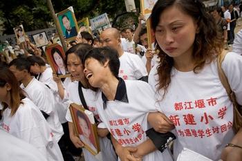 Родители погибших детей, требуют ответа от чиновников о причинах разрушения зданий школ. Провинция Сычуань. Фото: Andrew Wong/Getty Images