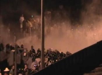 Китайские полицейские избивают крестьян. Город Гуанчжоу. Август 2010 год