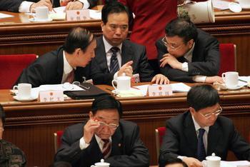 На ежегодной сессии Всекитайского собрания народных представителей чиновники обсуждают, как наказать протестующих граждан. Фото: TEH ENG KOON/AFP/Getty Images