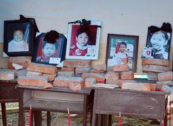 Фотографии детей, погибших под обломками некачественных зданий школ. Фото: FRA