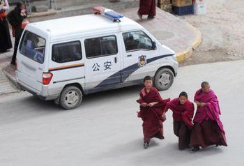 Китайская компартия не намерена ослаблять свою политику жёсткого контроля в отношении тибетцев. Фото: AFP