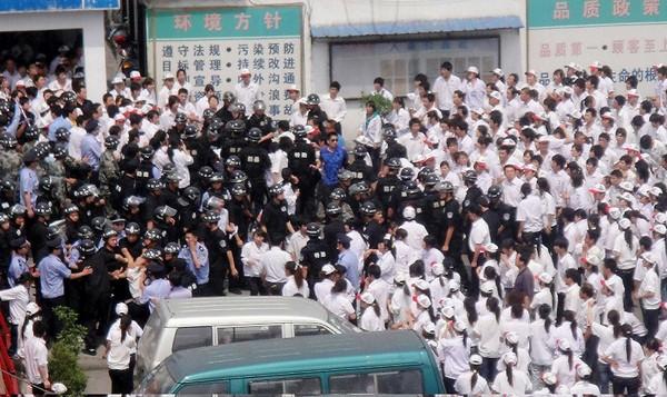 Забастовка рабочих предприятия Foxconn. Фото: Getty Images