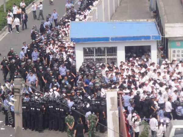 Забастовка рабочих завода «Куньшань» в провинции Цзянсу. 5-7 июня 2010 год. Фото с epochtimes.com
