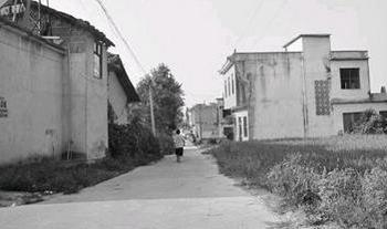 Дорога в родной деревне уже совсем не такая, как была раньше. Вэнь Мэн вернулась домой через 13 лет после того, как её продали в другую семью. Фото с epochtimes.com