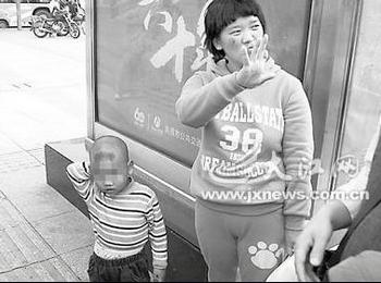 Женщина, приехавшая из сельской местности, продаёт своего ребёнка рядом с вокзалом города Наньчана провинции Цзянси. Фото с epochtimes.com