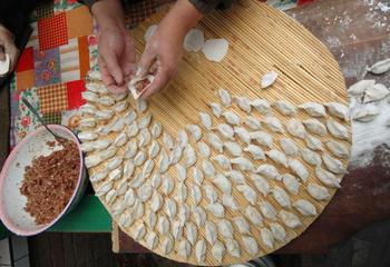 Китайские пельмени «цяоцзы» по форме похожи на полукруглы древние монеты. Фото: Photo by China Photos/Getty Images