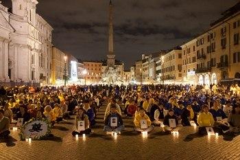Акция сторонников Фалуньгун, посвящённая памяти их единомышленников, погибших в Китае от репрессий. Италия. Фото: The Epoch Times
