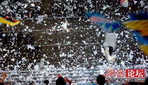 После окончания государственных экзаменов из окон студенческих общежитий летят разорванные учебники и тетради. Фото с epochtimes.com