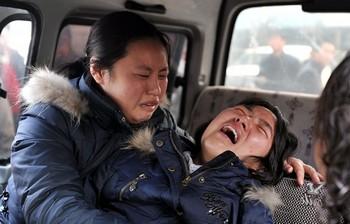 Жены погибших китайских шахтёров. Во время аварии на шахте в провинции Шаньси 22 февраля 2009 года погибло 74 горняка. Фото: GETTY IMAGES