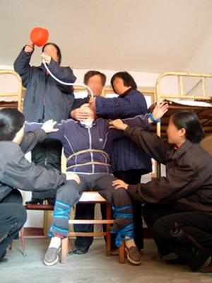 Во время насильственного кормления в китайских тюрьмах человеку повреждают носоглотку и желудок. Вместо жидкой пищи часто в качестве пытки вливают раствор соли или перца