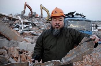 Художник Ай Вэвэй возле развалин своей мастерской в Шанхае. Январь 2011 год. Фото: STR/AFP/Getty Images
