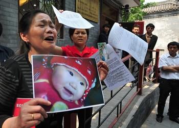 Родители пострадавших от отравленного меламином молока требуют правосудия. Фото: FREDERIC J. BROWN/AFP/Getty Images