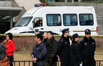 Пекинские полицейские патрулируют район предполагаемых акций протеста. Фото: FREDERIC J. BROWN/AFP/Getty Images