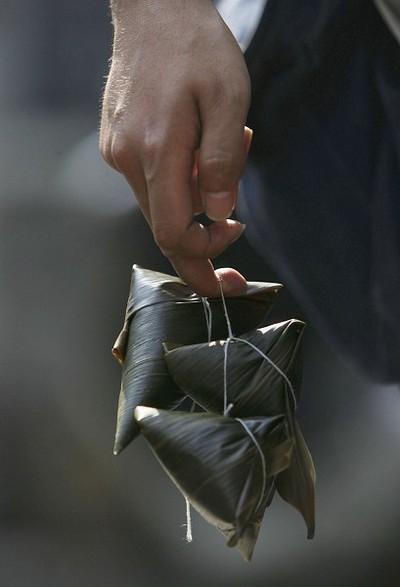 Пампушки цзунцзы приготавливают специально к празднику Дуань-у. Фото: China Photos/Getty Images