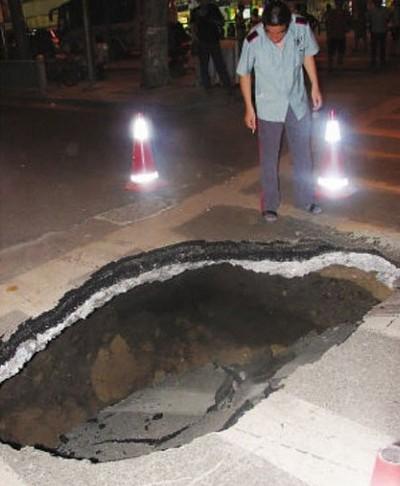 Провал на дороге. 16 июня 2010 год. Город Нанкин провинция Цзянсу. Фото с epochtimes.com