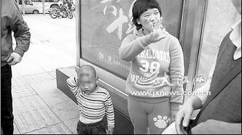 Женщина показывает пальцами цену за своего сына – 3 тыс. юаней. Фото с epochtimes.com