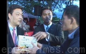 Заместителю мэра Пекина Цзи Линю вручают документ, подтверждающий, что на него подан судебный иск с обвинением в геноциде. Тайвань. Декабрь 2010 год. Фото: epochtimes.com