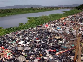 Свалка на берегу реки в провинции Гуандун. Фото: Гринпис