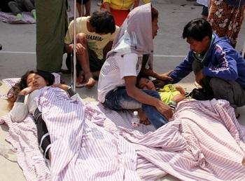 Пострадавшие во время землетрясения в китайской провинции Юньнань. 10 марта 2011 года. Фото: STR/AFP/Getty Images