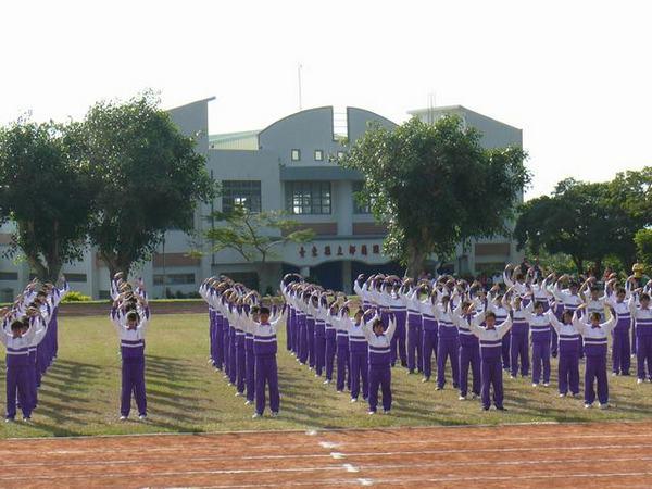 Школьники демонстрируют упражнения Фалуньгун на Дне спорта. Тайвань. 11 декабря 2009 год. Фото с epochtimes.com