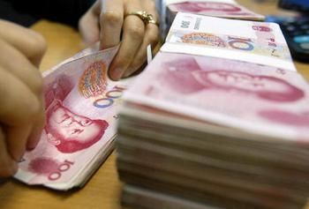 Современные китайские фальшивомонетчики изготавливают деньги, которые невозможно распознать обычными детекторами валюты. Фото: FREDERIC J. BROWN/AFP/Getty Images