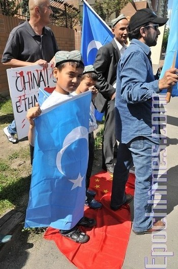 Протест уйгуров против геноцида по отношению к их нации со стороны Компартии Китая. Город Калгари, Канада. 2009 год. Фото: The Epoch Times