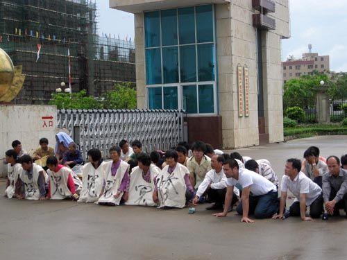 Крестьяне на коленях просят встречи с чиновниками. Фото с epochtimes.com