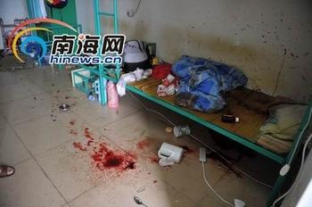 После инцидента, в общежитии на стенах и полу остались многочисленные пятна крови. Город Хайнань. Фото с epochtimes.com
