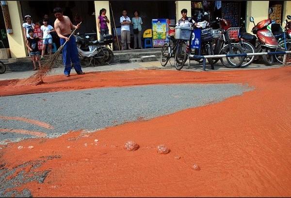 Вытекающая из трещины в земле жёлтая масса. Город Ченду провинция Сычуань. Июнь 2010 год. Фото с epochtimes.com