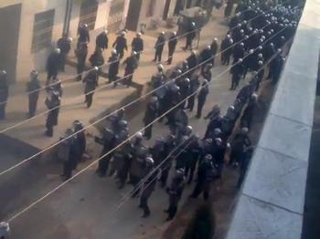 Полицейские подавляют протест крестьян против сноса их домов. Провинция Хубэй. Ноябрь 2010 год. Фото с epochtimes.com