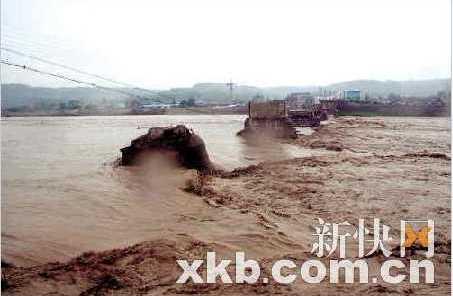 Наводнение разрушило мост в уезде Аньсян, провинции Сычуань. Август 2010 год. Фото с epochtimes.com