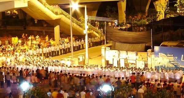 Около тысячи полицейских приехали в пригород Гуанчжоу ночью для обеспечения порядка во время сноса крестьянских домов в рамках подготовки к Азиатским играм. Чтобы сдержать недовольных крестьян были применены дубинки и слезоточивый газ. 12 августа 2010 год. Фото с epochtimes.com