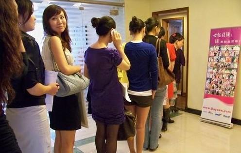 Девушки стоят в очереди для знакомства с местными богачами. Город Шэньчжэнь. 2010 год. Фото с epochtimes.com