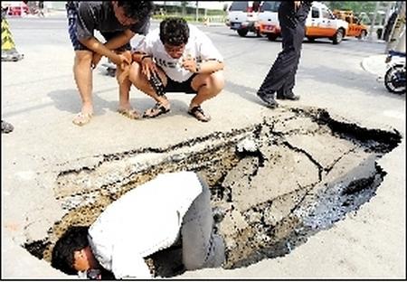 Провал на дороге в Пекине. 19 июня 2010 год. Фото с renminbao.com