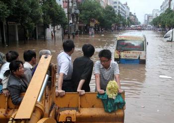Наводнения в Китае стали самыми сильными за сто лет. Фото: STR/AFP/Getty Images