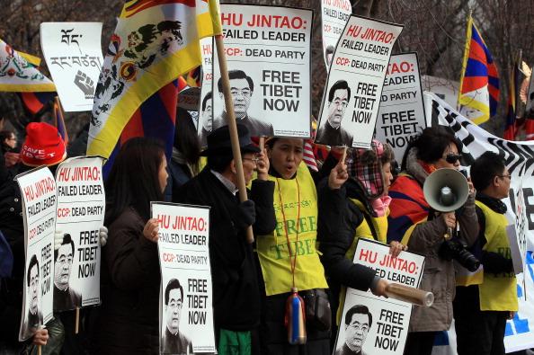 Визит Ху Цзиньтао сопровождался многочисленными протестами различных социальных групп против нарушений прав человека в Китае. Фото: The Epoch Times