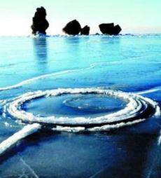 Вращающийся «ледяной круг» на воде. Провинция Ляонин. Фото с epochtimes.com
