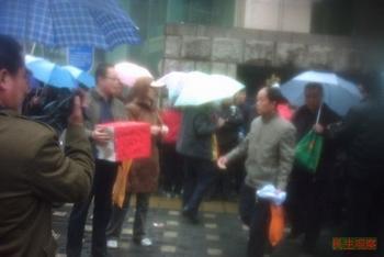 Бывшие банковские служащие протестуют в Пекине. Фото: CRLW