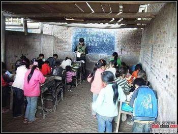Процент бюджетного отчисления на образование в Китае находится на уровне африканской страны Уганды. Сельская начальная школа в современном Китае. Уезд Мабьянь провинции Сычуань. Фото: Чжоу Чжунминь