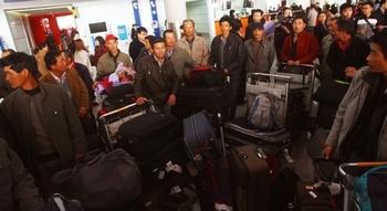 Более 35 тысяч китайцев покинули Ливию в связи с гражданской войной. Фото: STR/AFP/Getty Images