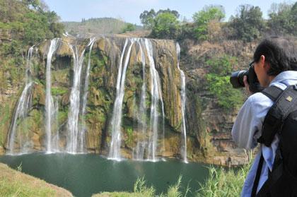 Водопад Хуангошу в городе Аньшунь провинции Гуйчжоу после засухи. В нём осталась одна четвёртая прошлого объёма воды. Фото с epochtimes.com