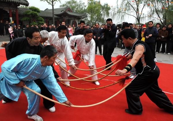 70-летний Лю Сюйфэн демонстрирует трюк «прокол копьями». Фото с epochtimes.com