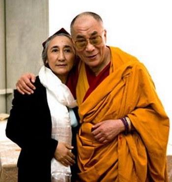 Лидер уйгуров Рабия Кадыр с лидером тибетцев Далай-ламой. Фото с cfdd.org.cn
