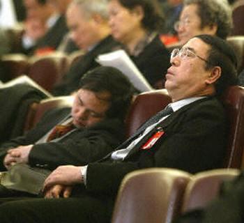 Чиновники в Китае пользуются особым преимуществом перед законом. На фото во время доклада председателя высшего народного суда чиновники сладко спят. Фото: AFP