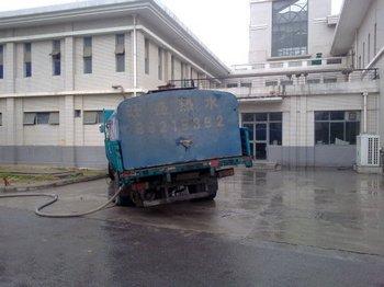 Горячая вода в душевой студенческого общежития является отработанной водой сталеплавильного завода. Фото с epochtimes.com