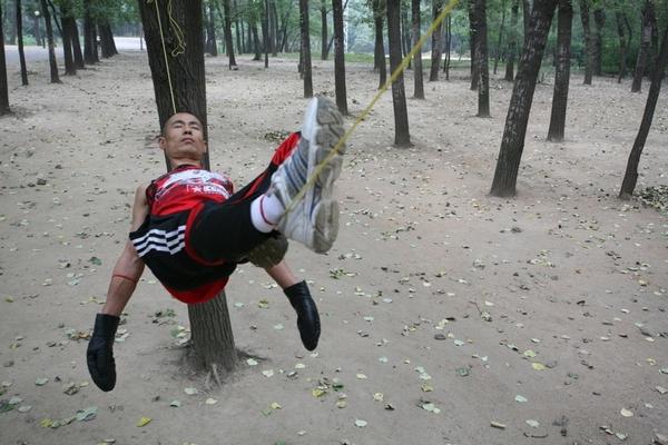 Гао Ян может пролежать на верёвки семь часов. Фото с epochtimes.com