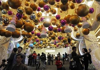 Качественные товары жители материкового Китая предпочитают покупать в Гонконге. Фото: MIKE CLARKE/AFP/Getty Images